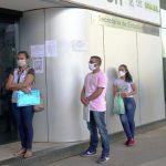 Pessoas-fazem-fila-para-entregar-currculo-em-busca-de-emprego.jpg